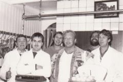 Wout-Zijlstra-met-broers-hans-en-Douwe-en-vader-in-slagerij-met-Jon-Pall-Sigmarsson